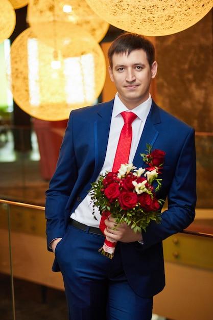 Sposo con un bellissimo mazzo di fiori Foto Premium