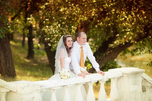 Sposo e la sposa durante la passeggiata nel giorno delle nozze Foto Premium