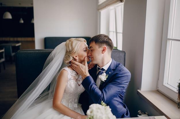 Sposo e sposa baciare Foto Gratuite