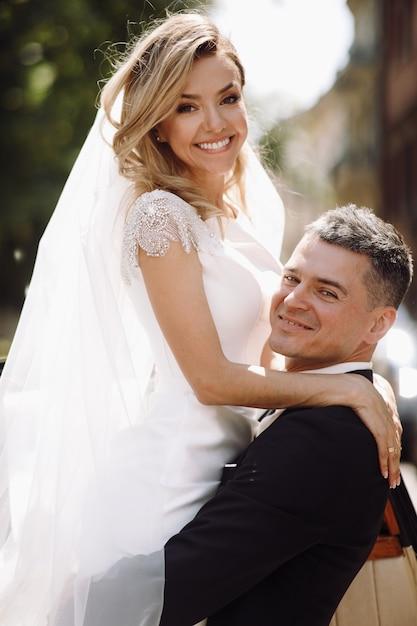Sposo in abbracci neri abbronzati teneri sposa mentre sono stan Foto Gratuite