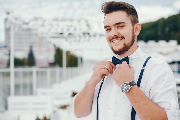 Sposo vestito con una camicia bianca Foto Gratuite