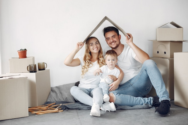 Spostamento della famiglia e utilizzo di scatole Foto Gratuite