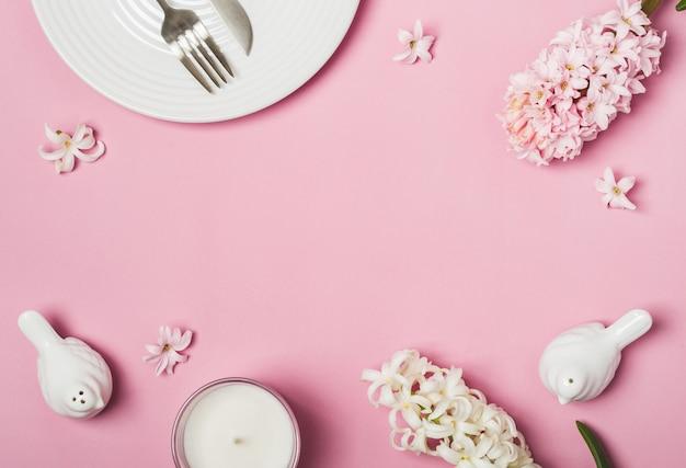 Spring pink flat lay. fiori bianchi della regolazione e dei giacinti della tabella Foto Premium