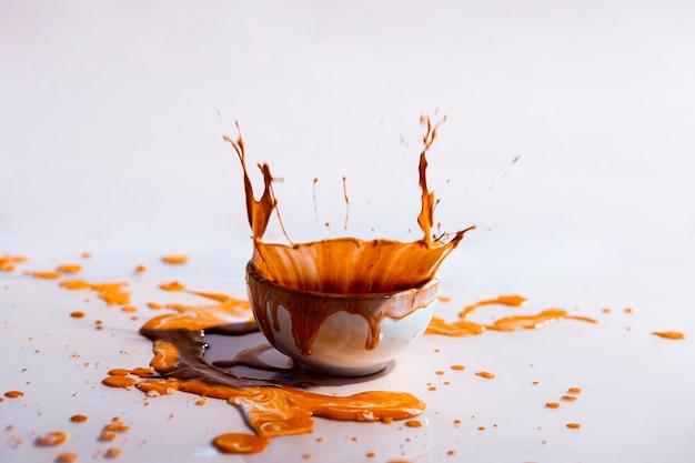 Spruzzata della pittura di brown e fondo astratto della tazza Foto Gratuite