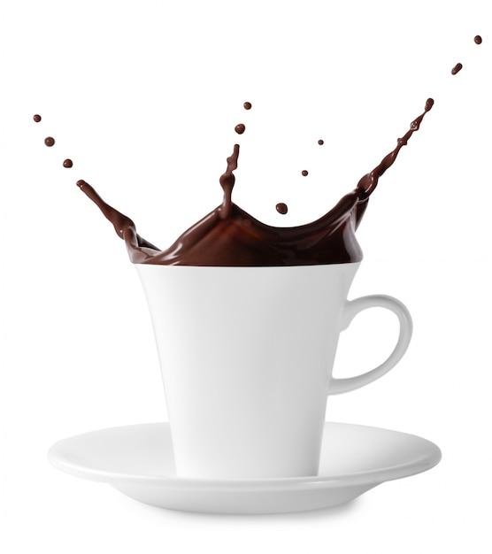Spruzzata di cioccolato nero in tazza bianca Foto Premium