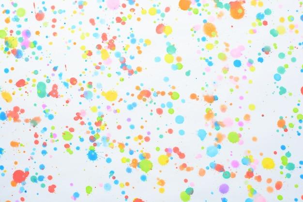 Spruzzi colorati su uno sfondo bianco Foto Premium