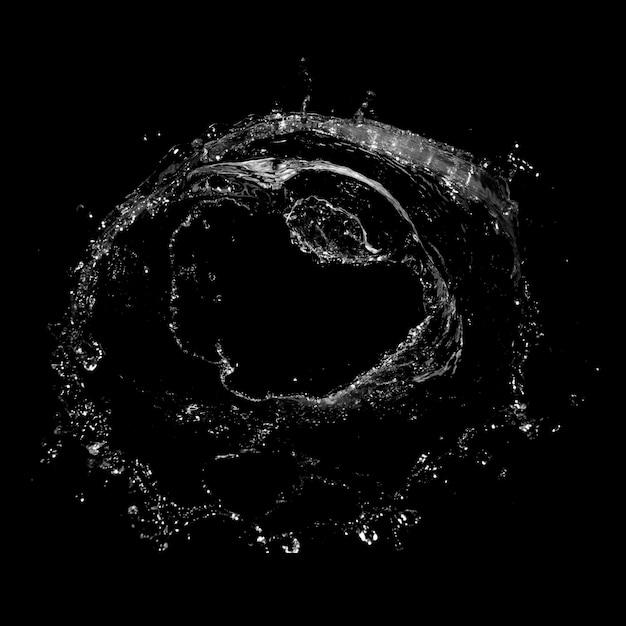 Spruzzi d'acqua isolato su uno sfondo nero. Foto Premium