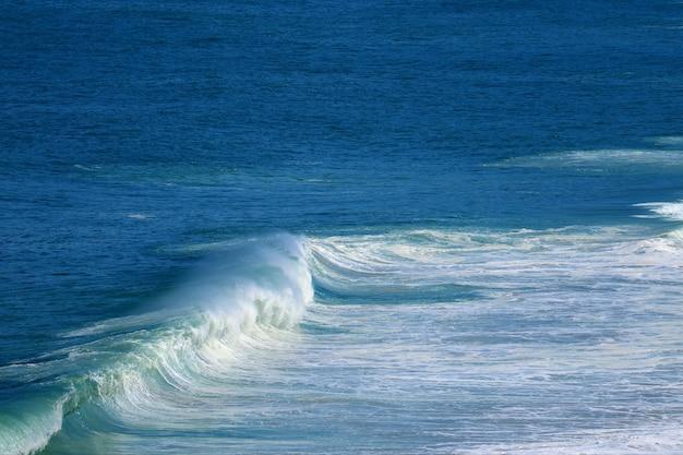 Spruzzi di onde sul mare blu vivido Foto Premium
