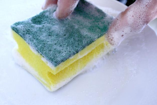 Spugna per piatti con detergente Foto Premium
