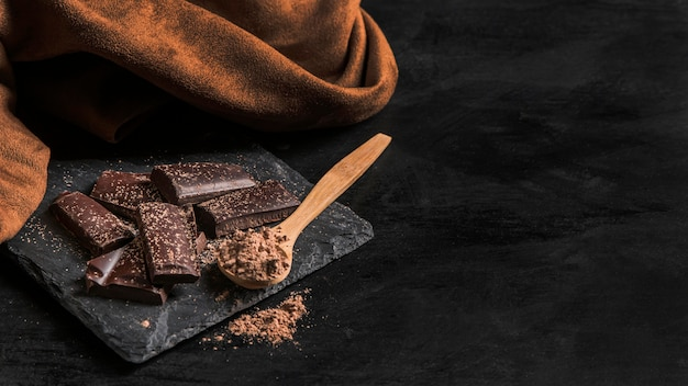 Spuntino delizioso del cioccolato dell'angolo alto con lo spazio della copia Foto Gratuite