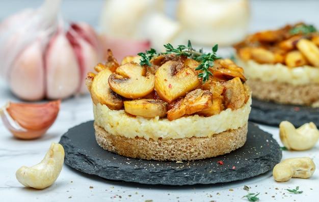 Spuntino di specialità gastronomiche di funghi fritti Foto Premium