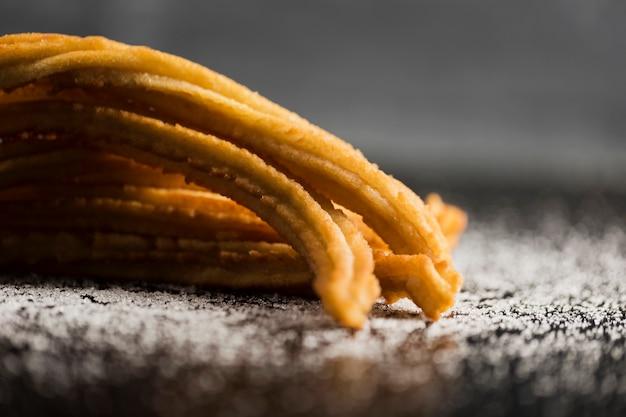 Spuntino spagnolo di churros con vista frontale di zucchero Foto Gratuite