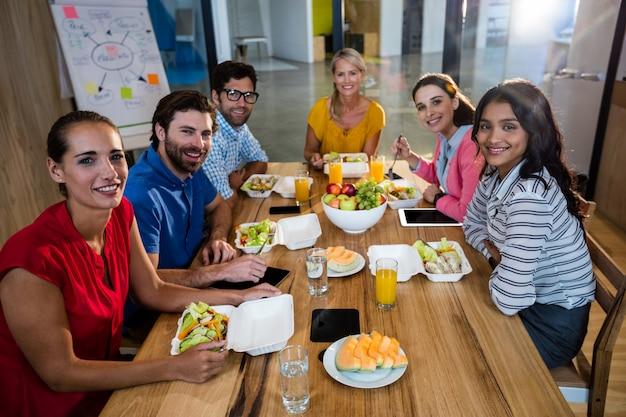 Squadra di affari casuali che mangia insieme Foto Premium