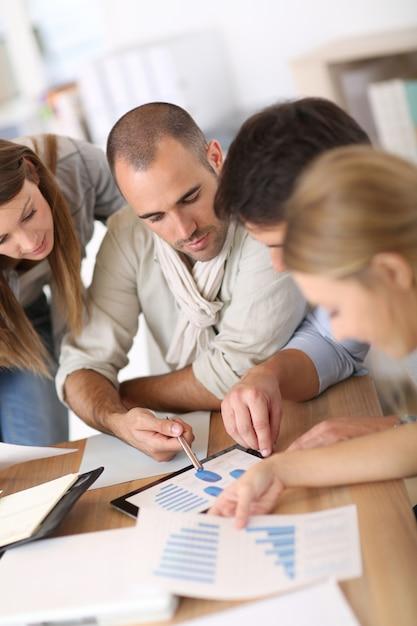 Squadra di affari che lavora al piano di marketing Foto Premium