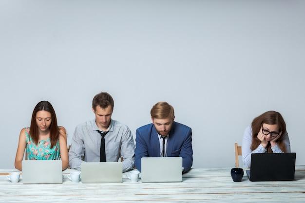 Squadra di affari che lavora insieme al loro progetto di affari all'ufficio Foto Gratuite
