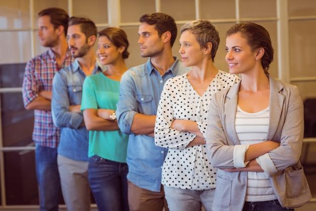 Squadra di affari creativi che osserva via Foto Premium