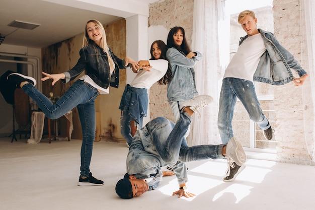 Squadra di ballerino in studio Foto Gratuite