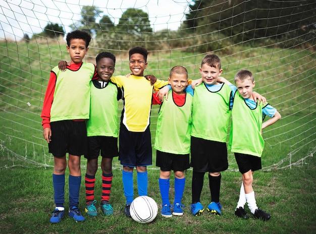 Squadra di calcio junior in piedi insieme Foto Premium
