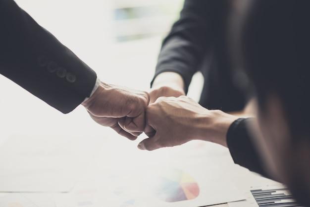 Squadra felice di affari che celebra la vittoria in ufficio Foto Premium