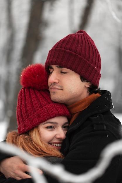 Stagione invernale innevata con abbracci di coppia Foto Gratuite