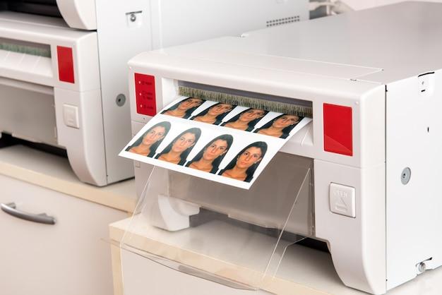 Stampa delle foto del passaporto di una donna su una stampante Foto Premium