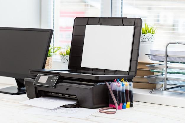 Stampante e computer. tavolo da ufficio Foto Premium