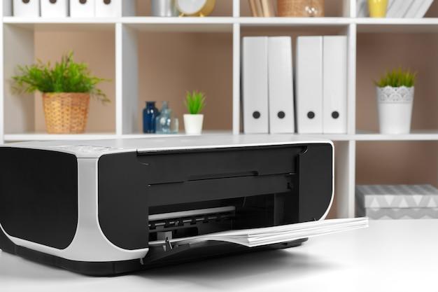Stampante, fotocopiatrice, scanner in ufficio. posto di lavoro. Foto Premium