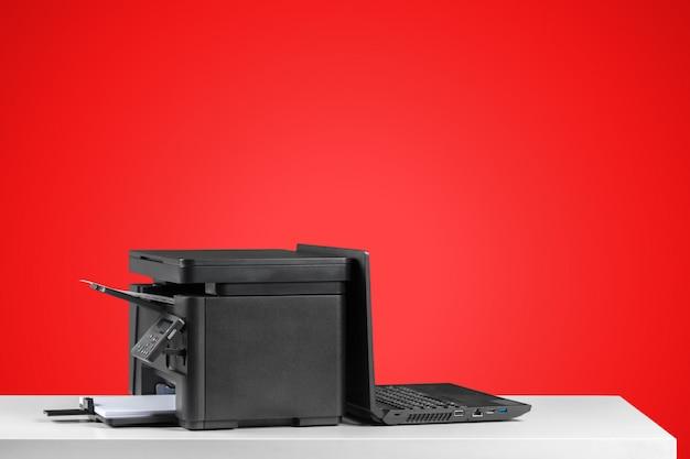 Stampante, fotocopiatrice, scanner. tavolo da ufficio Foto Premium