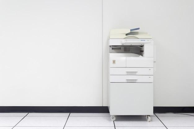 Stampante laser multifunzione in ufficio   Foto Premium