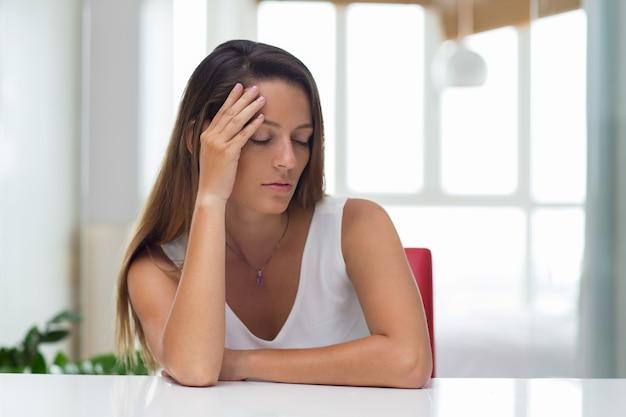 Stanco giovane imprenditrice avendo dolore alla testa Foto Gratuite