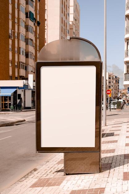Stand pubblicitari vuoti vicino alla strada della città Foto Gratuite