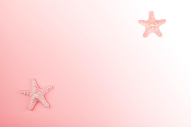 Starfish all'angolo dello sfondo sfumato rosa Foto Gratuite
