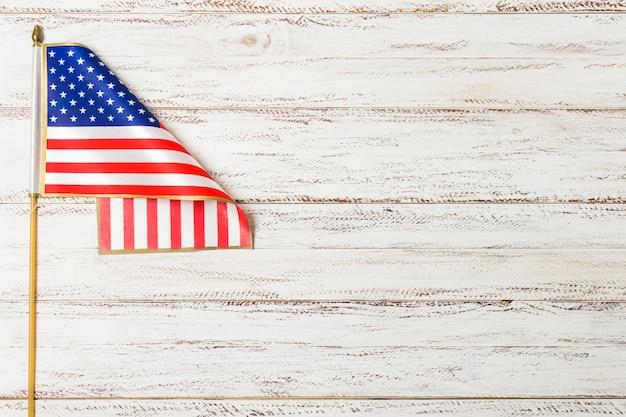Stati uniti della bandiera americana sullo scrittorio di legno bianco Foto Gratuite