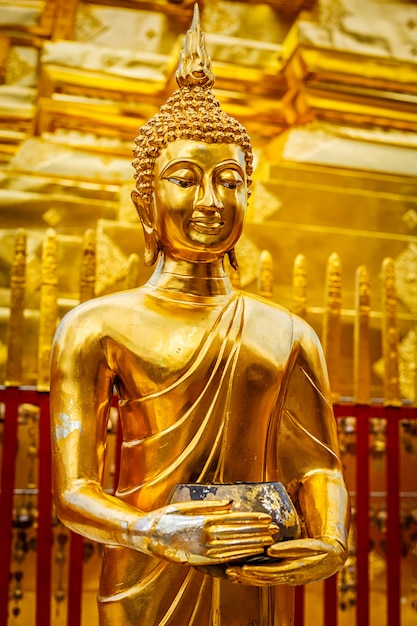 Statua d'oro del buddha in wat phra that doi suthep Foto Premium