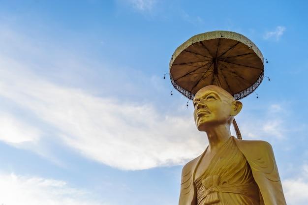 Statua del buddha dell'oro del primo piano in tempiale tailandese di lanna Foto Premium