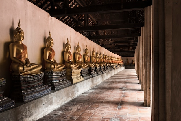 Statua di buddha al tempio di putthaisawan a ayutthaya, tailandia Foto Premium