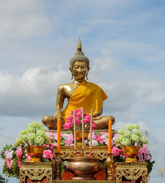 Statua di buddha con bastoncini di incenso e candele Foto Premium
