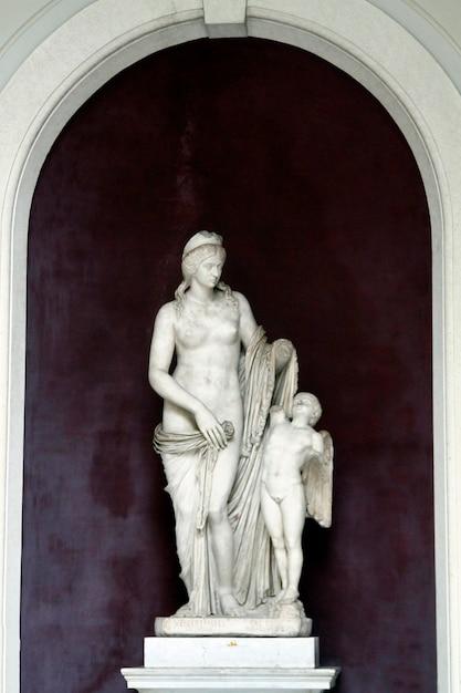 Statua di venere e amor Foto Premium