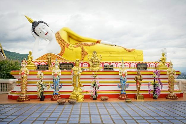 Statua gigante di buddha in pra quel tempio di kum di doi in chiang mai a nord della tailandia Foto Premium