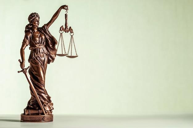 Statua in bronzo della giustizia con spada e squame Foto Premium