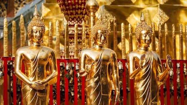 Statue di buddha d'oro in wat phra that doi suthep Foto Premium