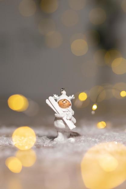 Statuetta di omino in abito bianco con sci bianchi Foto Premium