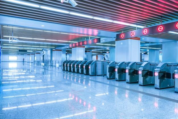 Stazione di metro vuota con luci rosse Foto Gratuite
