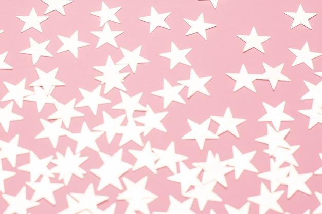 Stelle d'argento sulla superficie rosa Foto Premium