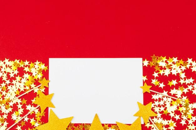 Stelle dorate e bianche con carta bianca Foto Premium