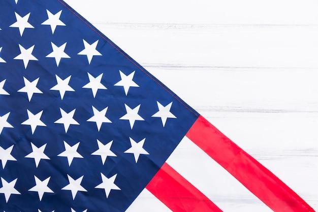 Stelle e strisce della bandiera americana su superficie bianca Foto Gratuite