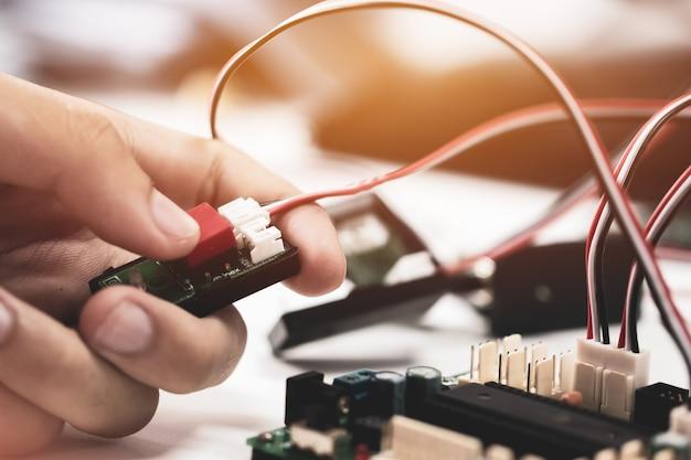 Stem education for learning, scheda elettronica per essere programmata dall'elettronica di robotica in laboratorio a scuola Foto Premium