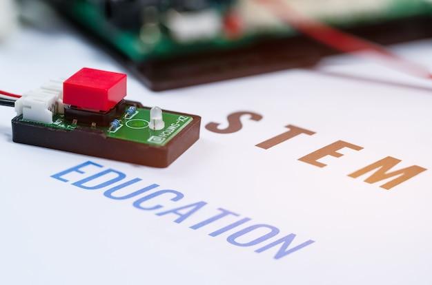 Stem education for learning, scheda elettronica per essere programmata dall'elettronica di robotica Foto Premium