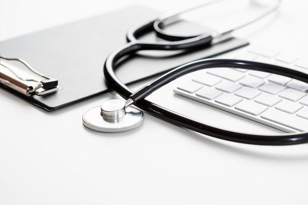Stetoscopio ad alto angolo con tastiera Foto Gratuite
