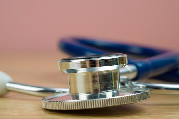 Stetoscopio con tubo blu sul concetto di tabella, salute e medico. Foto Premium
